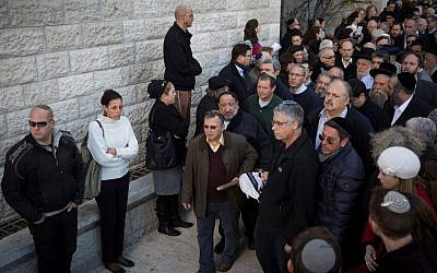 Friends, family members, and politicians attend the funeral of Yaakov Neeman, an Israeli lawyer, justice minister and finance minister, at Heichal Shlomo in Jerusalem, on January 2, 2017. (Hadas Parush/Flash90)