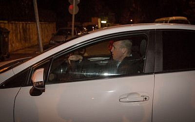 Police investigators arrive at the Prime Minister's Residence in Jerusalem on January 2, 2017 to question Prime Minister Benjamin Netanyahu on suspicions of receiving illicit benefits. (Hadas Parush/Flash90)