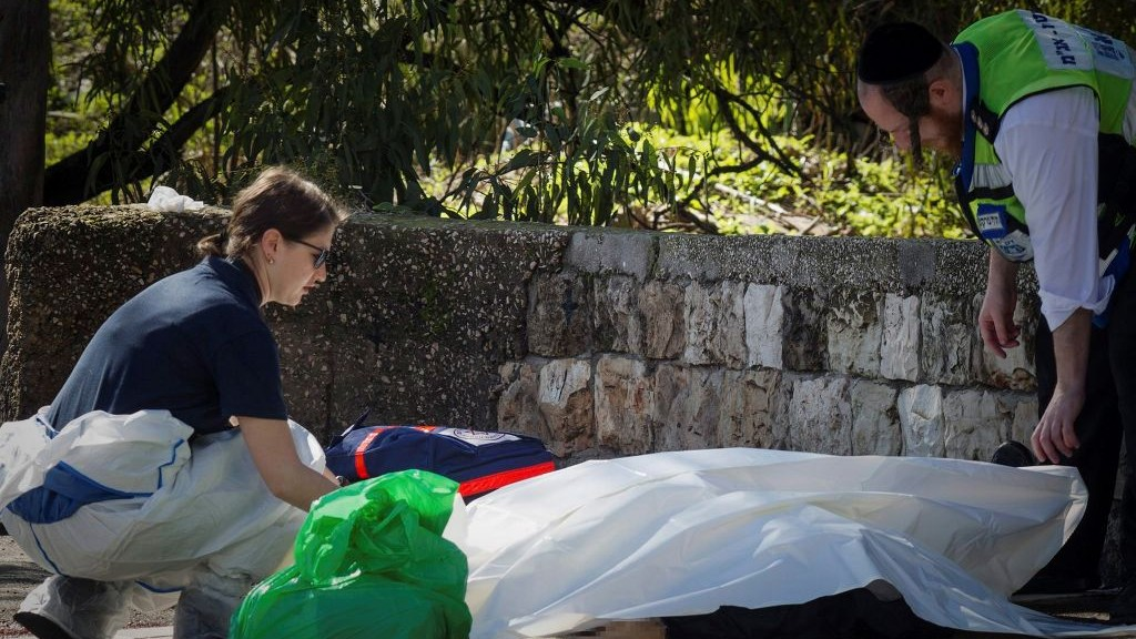 Forensic examiners investigate the scene were a man was murdered after unknown gunmen opened fire, killing one person, in Haifa January 3, 2017. (Meir Vaknin/Flash90)