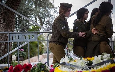 Family and friends mourn at the funeral of IDF Lt. Yael Yekutiel at the military cemetery Kiryat Shaul, outside of Tel Aviv, on January 9, 2017. Hadas Parush/Flash90)