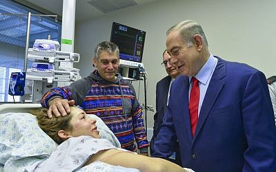 IDF soldier Dana Ophir, who was wounded in a terror attack the day before, is visited by Prime Minister Benjamin Netanyahu at Hadassah Medical Center, in Jerusalem, January 9, 2017. (Kobi Gideon/GPO)