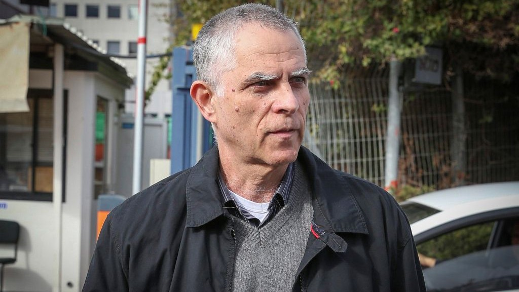 Publisher and owner of the Yedioth Ahronoth newspaper Arnon 'Noni' Mozes arrives for questioning at the Lahav 433 investigation unit in Lod on January 15, 2017. (Koko/Flash90)