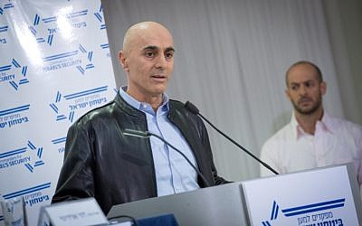 Maj. Gen. (res.) Gadi Shamni, former head of IDF Central Command, speaks at a press conference organized by 'Commanders for Israel's Security' in Tel Aviv on January 15, 2017. (Miriam Alster/Flash90)