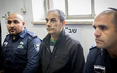 Ilan Shmuel (center), former driver for Prime Minister Benjamin Netanyahu, at the Jerusalem District Court on January 15, 2017.  (Yonatan Sindel/Flash90)