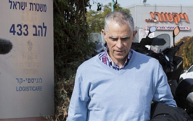 "Publisher and owner of Yedioth Aharonoth newspaper Arnon ""Noni"" Mozes arrives for questioning in the so-called 'Case 2000' police investigation at the Lahav 433 investigation unit, in Lod, January 17, 2017. (Roy Alima/Flash90)"