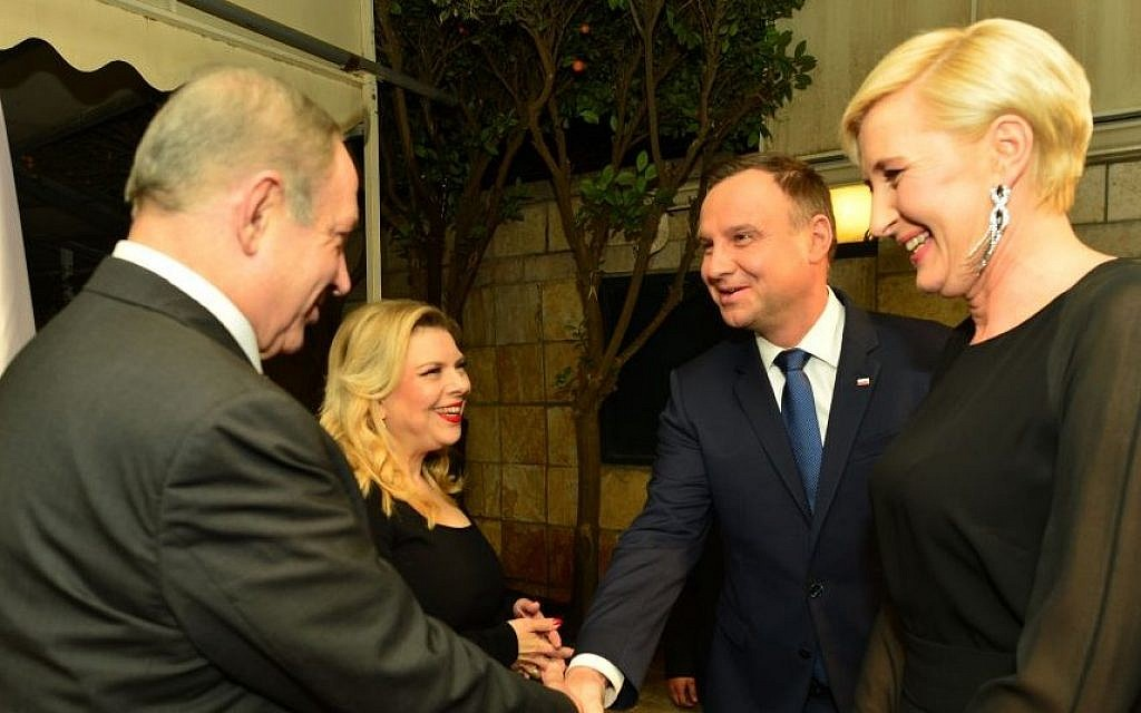 Prime Minister Benjamin Netanyahu (left) and his wife, Sara, host Polish President Andrzej Duda (second from right) and his wife, Agata Kornhauser, at the president's residence in Jerusalem on January 18, 2017. (Kobi Gideon/GPO)