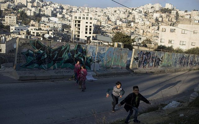 Palestinian children are seen in the West Bank city of Hebron, January 18, 2017. (Lior Mizrahi/Flash90)