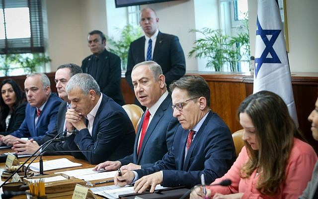 Prime Minister Benjamin Netanyahu (c) leads the weekly cabinet meeting at the Prime Minister's Office in Jerusalem on January 22, 2017. (Alex Kolomoisky/POOL)