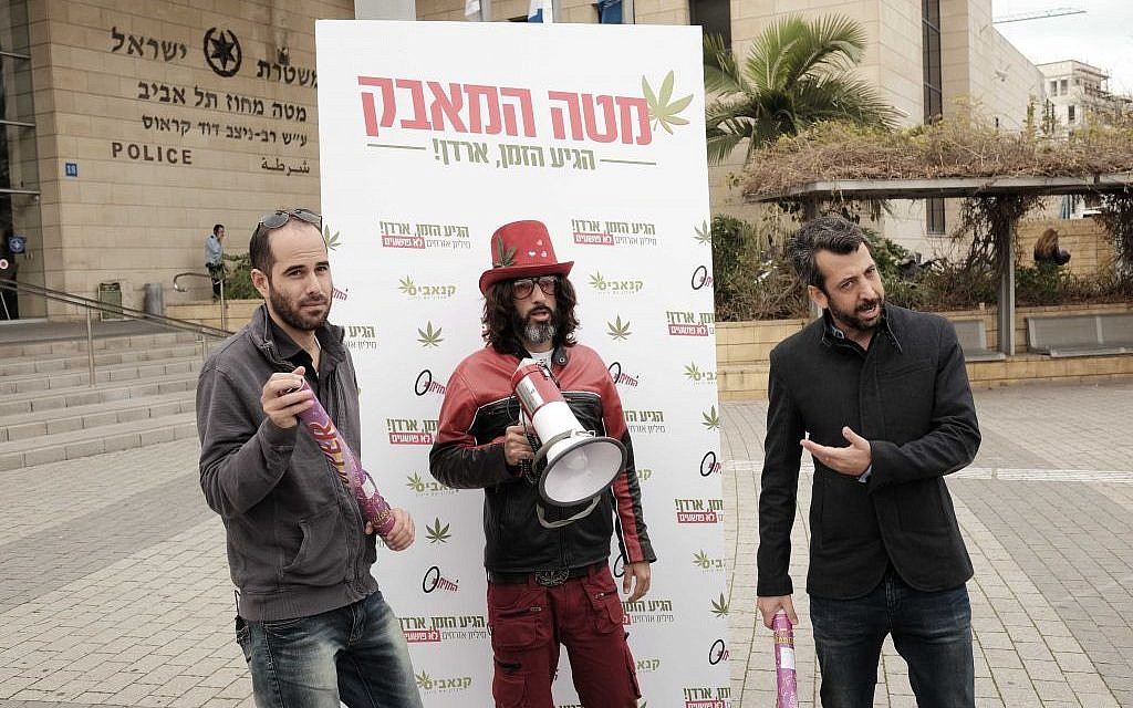 Television host Guy Lerer (R) joins a pro-marijuana legalization protest outside the police headquarters in Tel Aviv on January 26, 2017 (Photo by Tomer Neuberg/Flash90)
