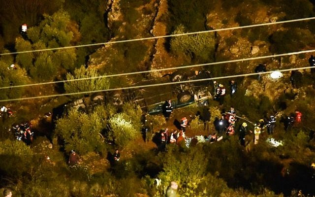 Israeli rescue forces and security forces at the scene where a bus flipped over, near Ma'ale Levonah in the West Bank, on January 27, 2017 (Moshe Mizrachi/Flash90)