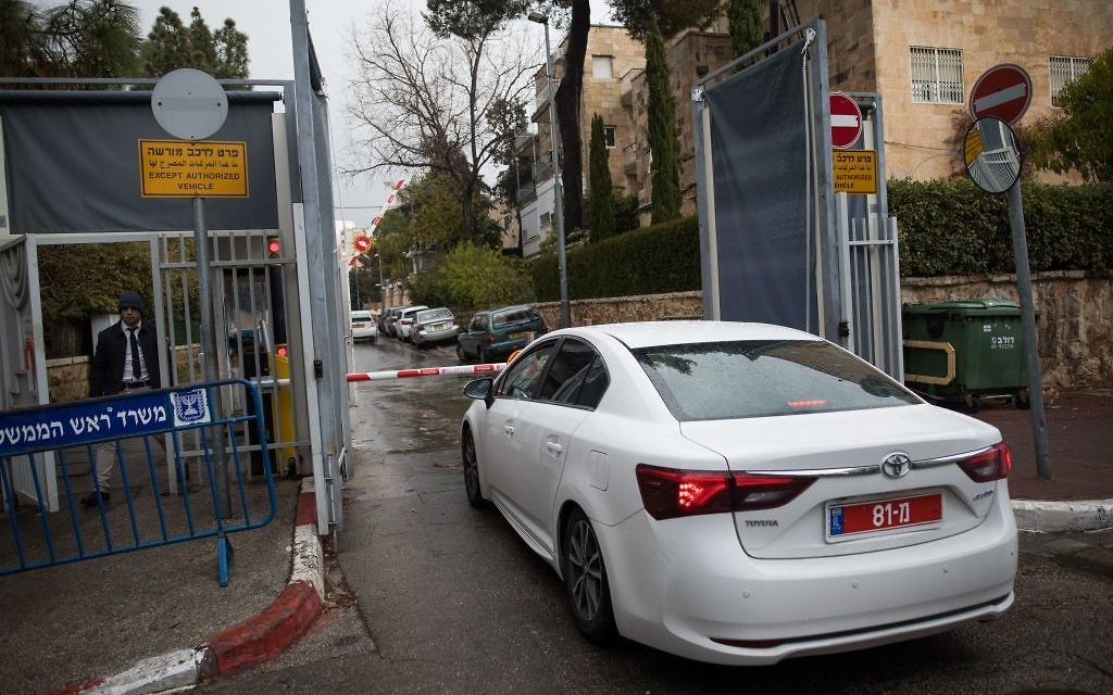Police arrive at the Prime Minister's Office in Jerusalem on January 27, 2017, to question Benjamin Netanyahu for the third time in two corruption investigations. (Yonatan Sindel/Flash90)