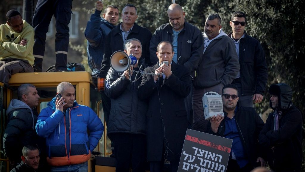 Jerusalem Municipality workers together with Mayor Nir Barkat (C) protest in front of the Ministry of Finance office in Jerusalem on January 29, 2017, against the delay in transfer of yearly budget from Finance Ministry. (Yonatan Sindel/Flash90)