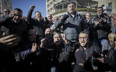 Jerusalem Municipality workers protest against the delay in transfer of the annual budget from the Finance Ministry in downtown Jerusalem on January 30, 2017. (Yonatan Sindel/Flash90)