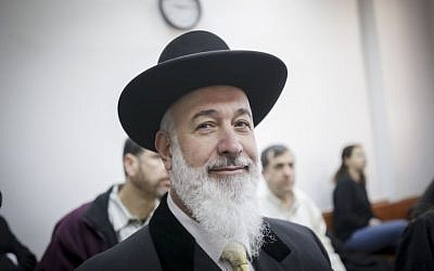Former Israel chief rabbi Yona Metzger at the Jerusalem District Court on Monday, January 30, 2017 (Yonatan Sindel/Flash90)