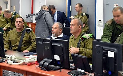 Defence Minister Avigdor Liberman, center, seen during a visit at the IDF Gaza Division Unit, southern Israel. January 31, 2017. (Ariel Hermoni/Ministry of Defense)