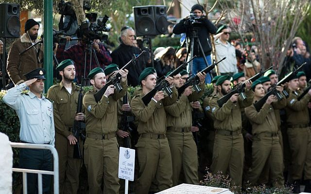 Family and friends mourn at the funeral of IDF Lieutenant Shir Hajaj at Mount Herzl in Jerusalem, January 9, 2017. (Sebi Berens/Flash90)