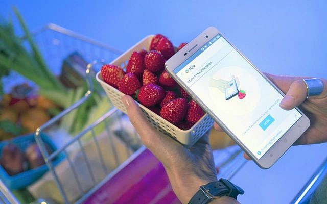 The new Changhong H2 smartphone uses the SCiO technology of Israeli startup Consumer Physics to scan freshness of straberries (Courtesy)