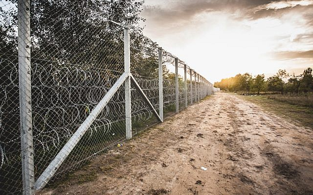 Hungary-Serbia border barrier (CC BY Bőr Benedek, Wikimedia commons)