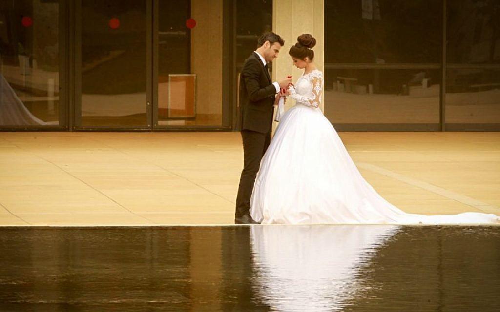 A bride and groom in the center of Tel Aviv, November 4, 2015. (Flash 90/via JTA)