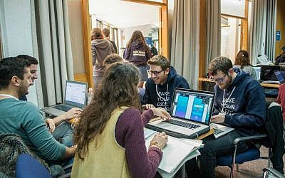 Working together at JDC-Israel's Social Impact Hackathon held in Jerusalem to close social gaps in Israel, January 2017 (Courtesy)