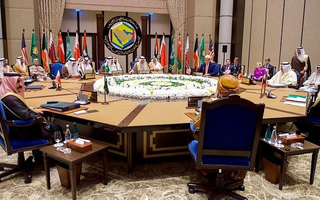 US Secretary of State John Kerry meeting with foreign ministers from members states of the Gulf Cooperation Council (GCC) in Manama, Bahrain, on April 7, 2016. (Public domain, US Department of State, Wikimedia Commons)