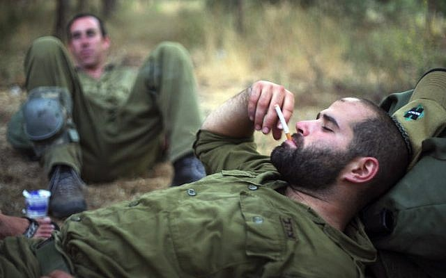 Israeli soldiers smoking during training in northern Israel, June 14, 2009. (Matanya Tausig/Flash90)