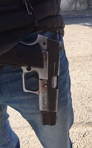 A pistol recovered by police after it was stolen from a security guard in Beersheba on January 5, 2017. (Israel Police)
