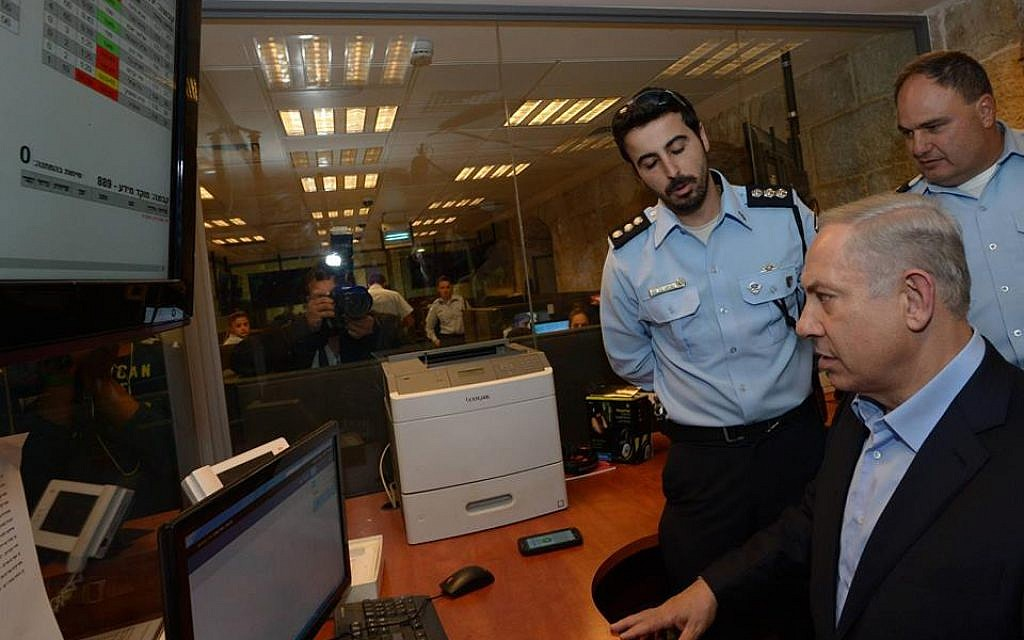 Prime Minister Benjamin Netanyahu during a tour of the Jerusalem Police headquarters at the Russian compound in Jerusalem, October 7, 2015. (GPO)