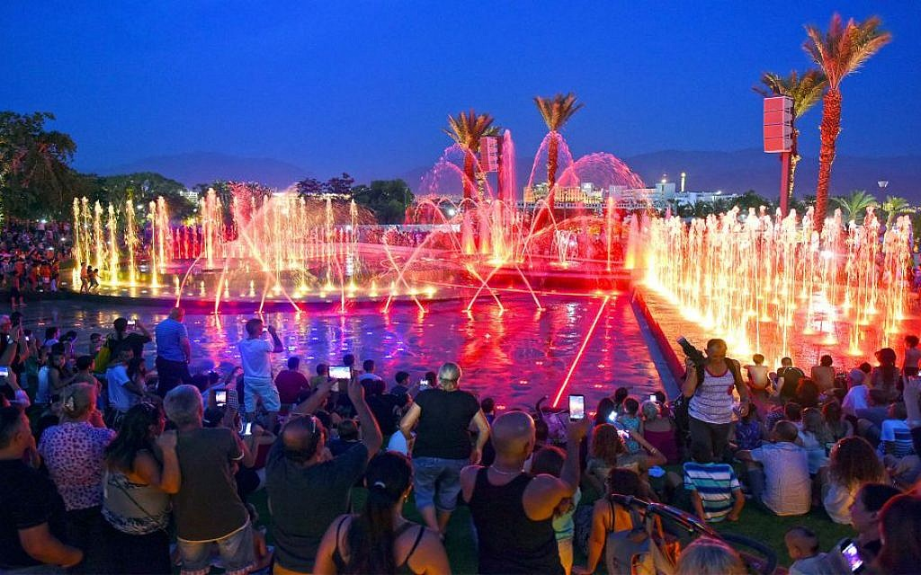 Tourists watch the newly-built fountain in Eilat. (Eilat Municipality/Yud Photography)