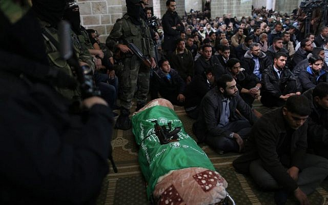 Hamas militants surround the body of a slain fighter at al-Omari Mosque in Gaza City on March 17, 2013. (Wissam Nassar/ Flash 90)