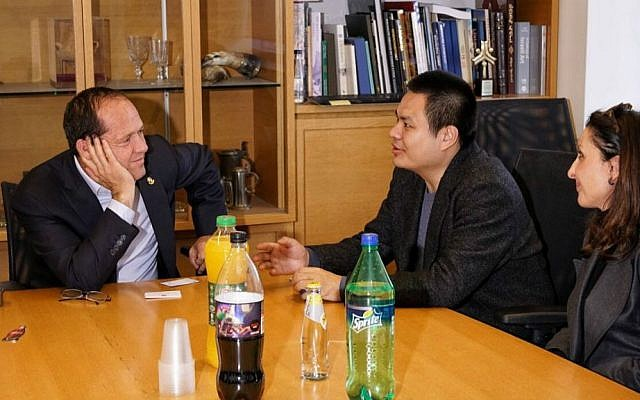 Dr. Liu Ruopeng, Chairman of China's Kuang-Chi Group, middle, meets Jerusalem Mayor Nir Barkat on January 11, 2017 with  Jerusalem City Council member Fleur Hassan-Nahoum, right (Courtesy: Jordan Polevoy)