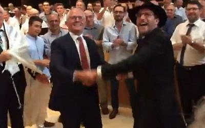 Australian Prime Minister Malcolm Turnbull dances in Sydney's Central Synagogue with Rabbi Levi Wolff, 30 December, 2016 (Screen capture: YouTube)