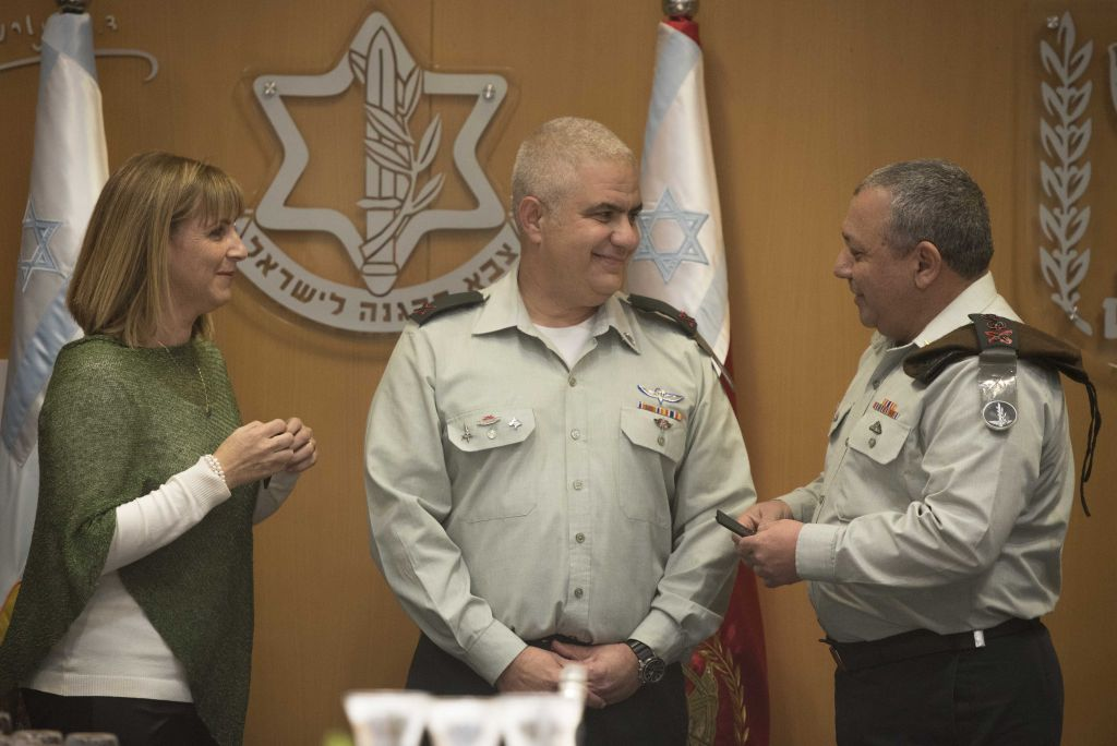 IDF Chief of Staff Gadi Eisenkot gives the rank of major general to IDF Spokesperson Moti Almoz as Almoz's wife watches at a ceremony in the army's Tel Aviv headquarters on January 5, 2017, (IDF Spokesperson's Unit)