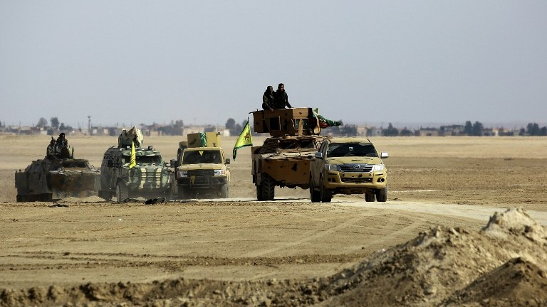 Syrian Democratic Forces advance in an area north-east of Rarqa, on February 5, 2017, during their advance towards the Islamic State group's Syrian stronghold. (AFP Photo/Delil Souleiman)