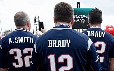 Fans arrive for Super Bowl LI between the New England Patriots and the Atlanta Falcons at NGR Stadium in Houston, Texas February 5, 2017. (AFP PHOTO / TIMOTHY A. CLARY)