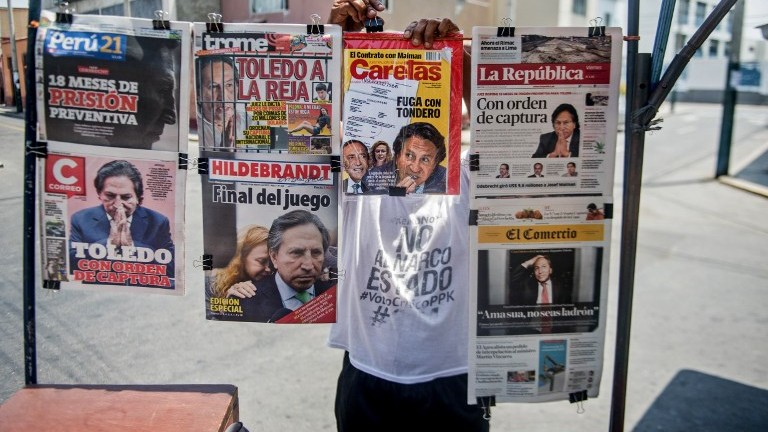 Newspapers with the portrait of former Peruvian President (2001-2006) Alejandro Toledo on their front pages, are displayed for sale in Lima on February 10, 2017. (AFP Photo/Eresto Benavides)