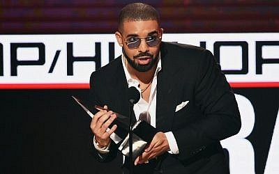 Rapper Drake as he accepts Favorite Rap/Hip-Hop Artist onstage during the 2016 American Music Awards at Microsoft Theater in Los Angeles, California, November 19, 2016. (AFP Photo/Getty Images North America/Kevin Winter)