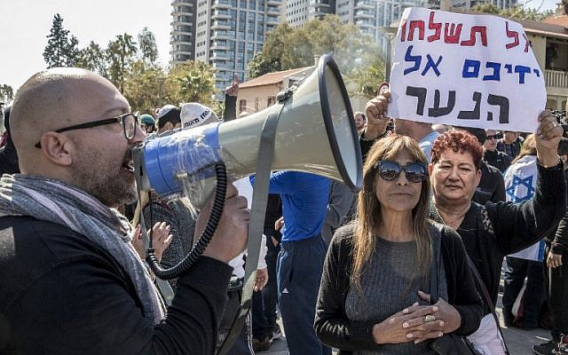 Israelis demonstrate outside the defense ministry in Tel Aviv on February 21, 2017, during a protest in support of Israeli soldier Elor Azaria. (AFP/JACK GUEZ)