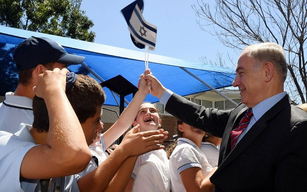 Israeli Prime Minister Benjamin Netanyahu (R) greets students during a visit to the Moriah War Memorial College in Sydney, Australia, on February 23, 2017.    (AFP/Dean Lewins/Pool)