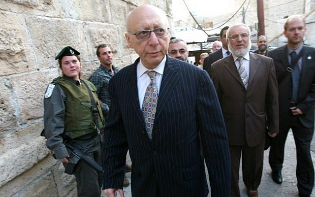This file photo taken on November 1, 2010 shows British MP Gerald Kaufman walking past Israeli border police guards at the entrance of the Tomb of the Patriarchs in Hebron. AFP/HAZEM BADER)