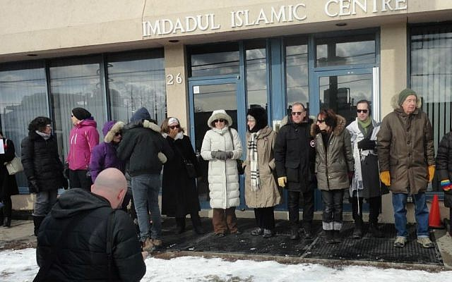 Toronto Jews form 'ring of peace' around Imdadul Islamic Centre in Toronto, Canada, February 3, 2017. (Facebook/Holy Blossom Temple)