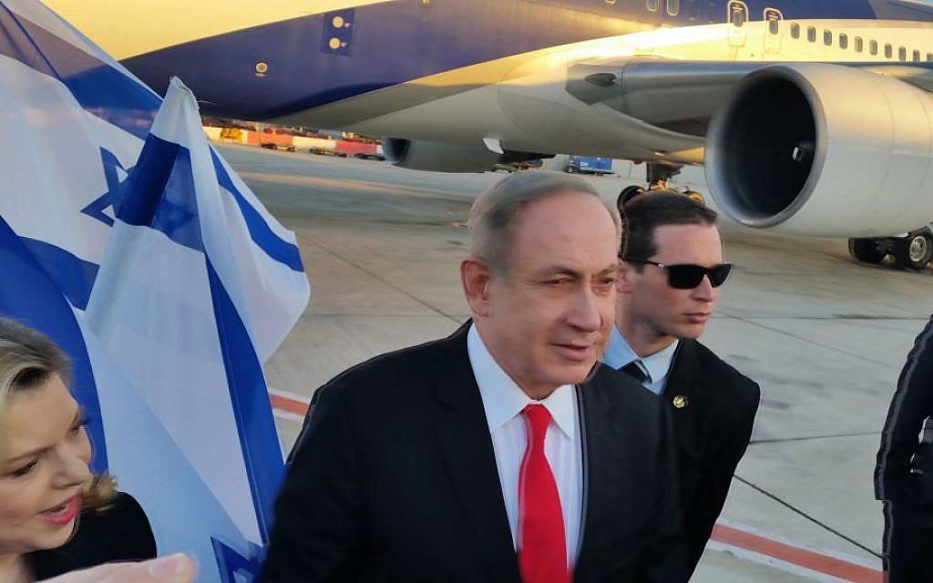 Prime Minister Benjamin Netanyahu embarks on flight to London, February 5, 2017. (Raphael Ahren/Times of Israel)