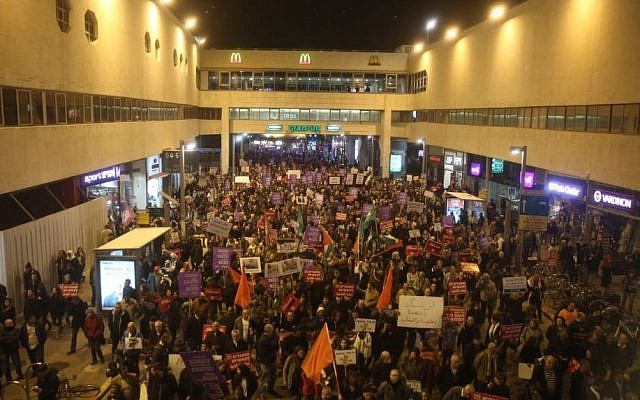 Jewish and Arab demonstrators march outside the Dizengoff Center shopping mall in Tel Aviv, February 4, 2017 (Courtesy)