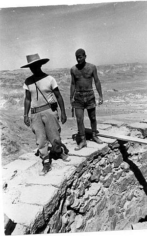 Amir Drori, the first director of the Israel Antiquities Authority, and Yigal Yadin (left), during excavations at Masada in 1963 (public domain, Wikimedia Commons)