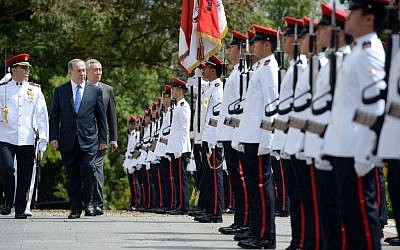Prime Minister Benjamin Netanyahu inspects an honor guard with Singapore's Prime Minister Lee Kuan Yew at Istana presidential palace on Monday, February 20, 2017 (Haim Zach/GPO)