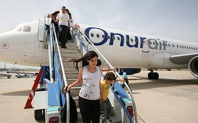 Israelis get off the plane at the airport in Bodrum, Turkey, April 28, 2008. (Nati Shohat/Flash90)