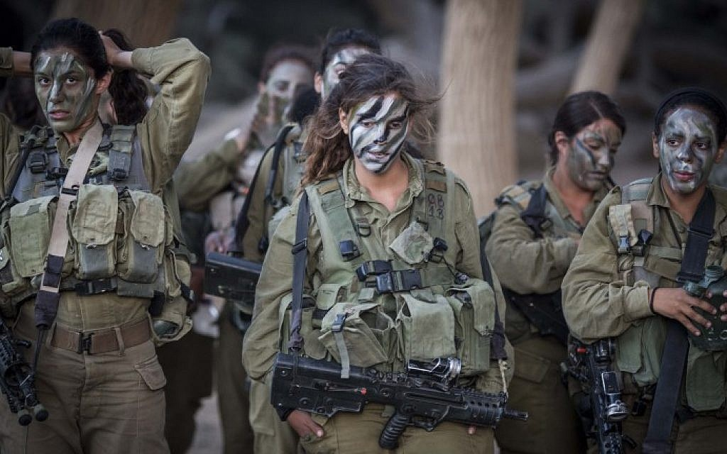 Soldiers of the Caracal Battalion prepare for a hike as part of their training on September 3, 2014. (Hadas Parush/Flash90)