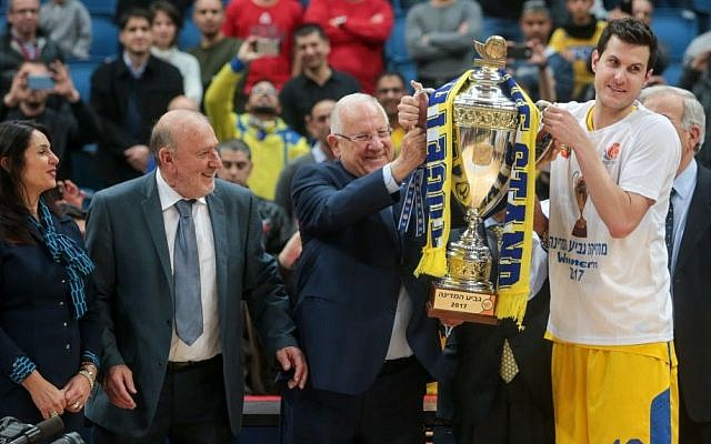 Maccabi Tel Aviv Basketball team celebrates a victory in the National Cup final games against Hapoel Jerusalem, in Jerusalem, on February 17, 2017. (Flash90)