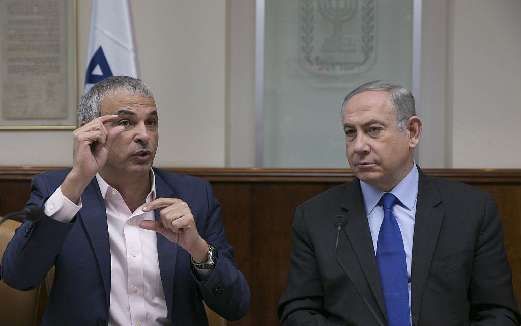 Prime Minister Benjamin Netanyahu with Finance Minister Moshe Kahlon during the weekly cabinet meeting at his office in Jerusalem, on February 19, 2017. (Olivier Fitoussi/Flash90)