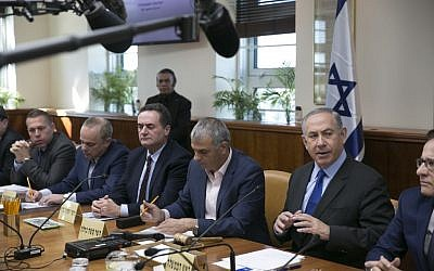Prime Minister Benjamin Netanyahu leads the weekly cabinet meeting at his office in Jerusalem, on February 19, 2017.(Olivier Fitoussi/Flash90)